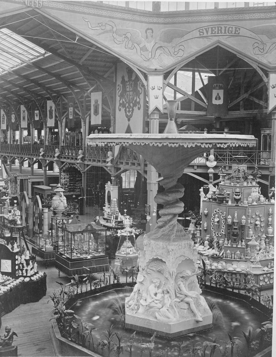 Industripalatset vid Industriutställningen i Kungsträdgården, Stockholm 1866. Molins fontän. Bakom Sveriges del av utställningshallen.