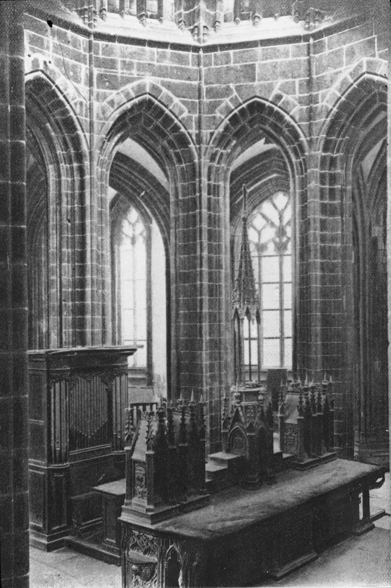 """Skioptikonbild med motiv från katedralen i Mont-Saint-Michel. Bilden har förvarats i kartong märkt: Resan 1908. St. Michel 8. XIII. Text på bild: """"E'glise Abbatiale (Choeur)""""."""