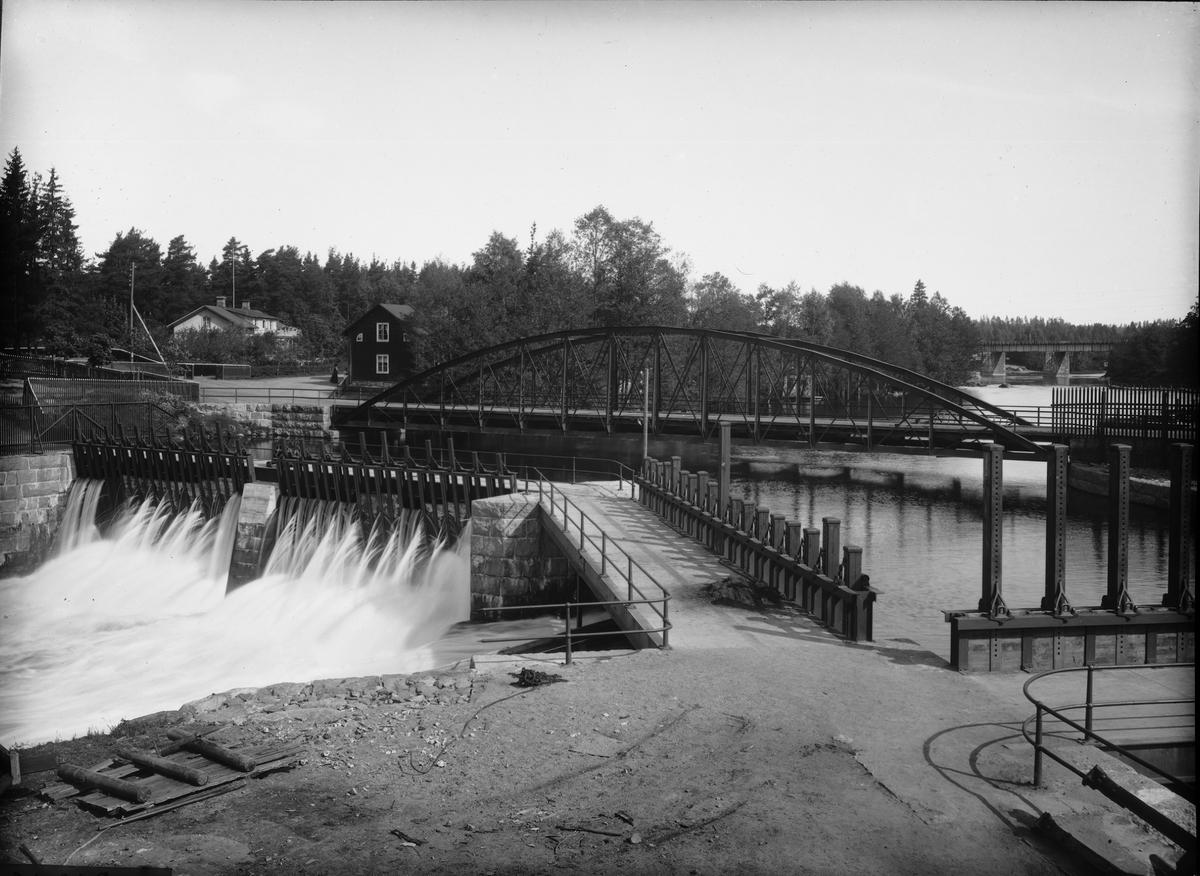Diapositiv, fönsterbild, vägbro och damm, Degerfors Bruk.
