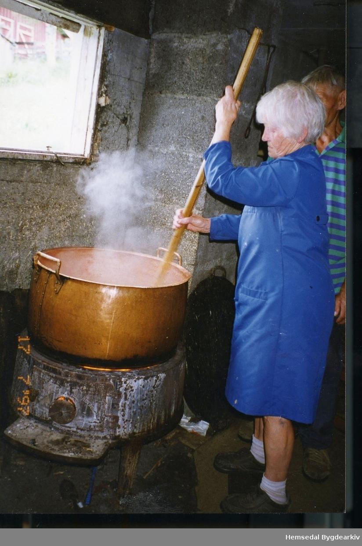 Maria Dalene, fødd Venås 1920, og Anfinn Dalene, fødd 1916, kokar mjølkeprim på Bergastølen i Hemsedal i 1997.