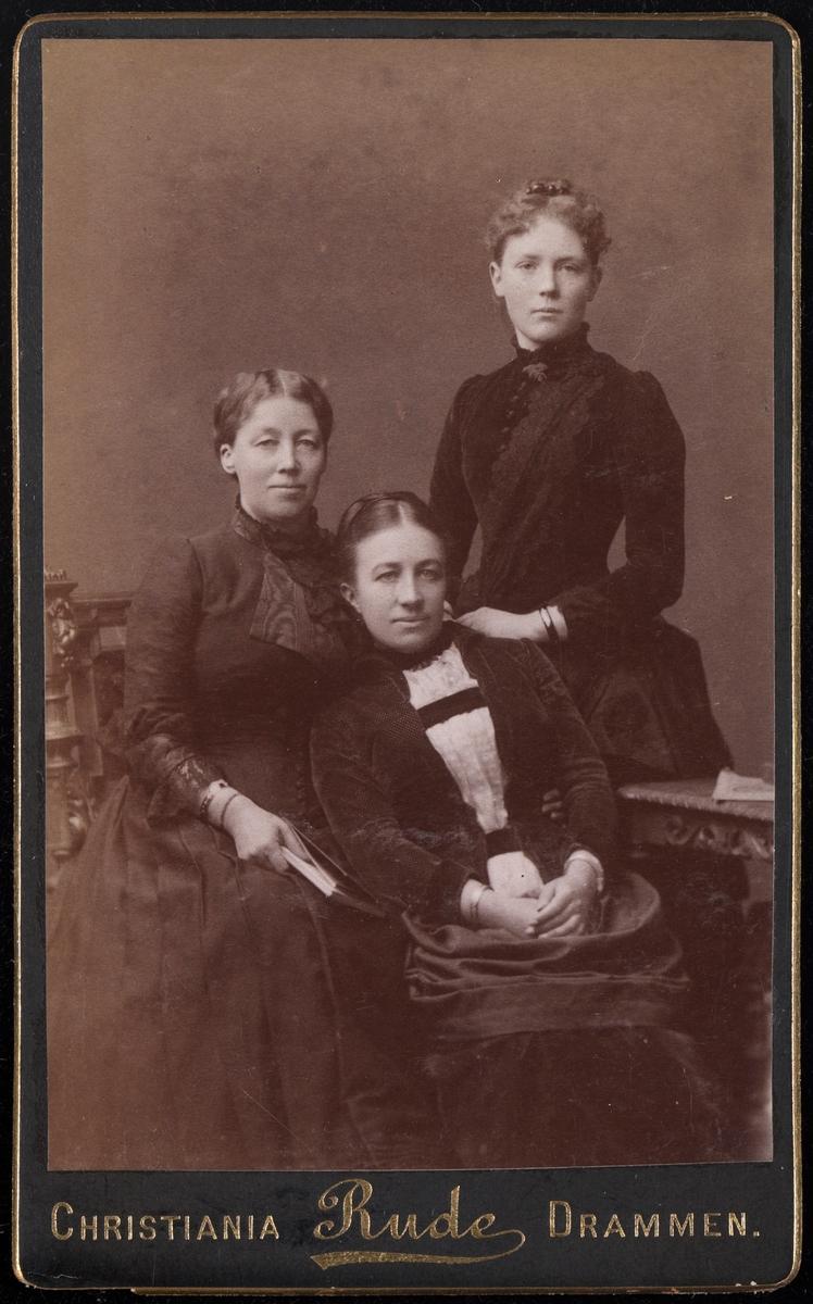 Portrett av Mathilde Mathiesen og to ukjente kvinner.