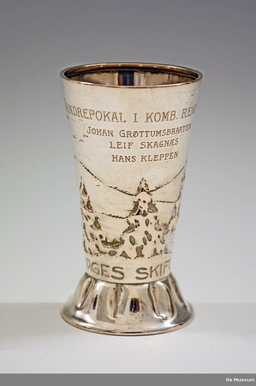"Sølvpokal med innskriften: ""Vandrepokal i komb. rend 1929 - Johan Grøttumsbraaten - Leif Skagnæs, Hans Kleppen - Norges Skiforbund"" Stempel: A. Frisch 830S"