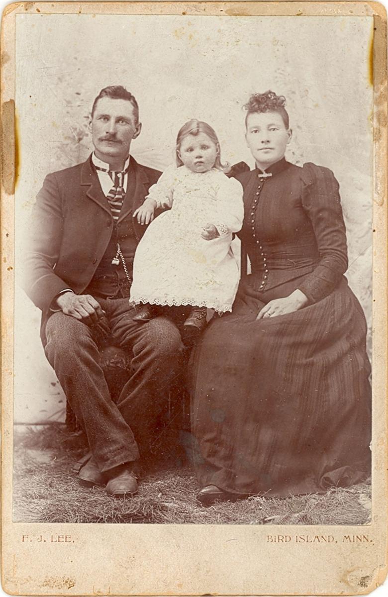 Familiebilde; mor og far med to mindre barn