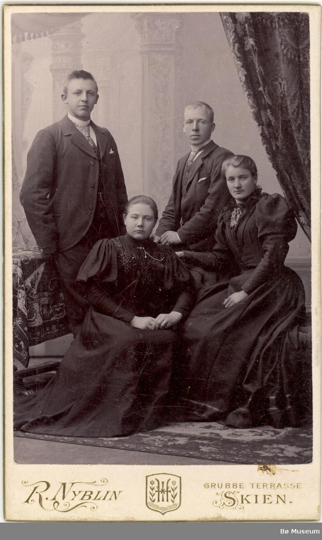 2 menn og 2 kvinner, bykjolar