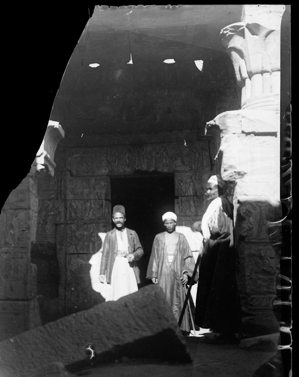 """""""Kournak. Theben."""" (Bildetekst fra album) Tre menn av lokal befolkning inne i et tempel."""