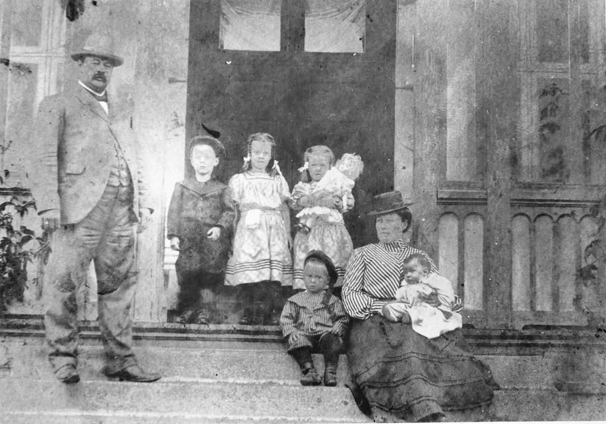 Gruppebilde, fra venstre: J. O. Waaler, Ole Christen Boy Waaler, Solveig Waaler, Ragnhild Waaler, Jens Einar Waaler, Gustava Waaler sitter til høyre, med minstemann Hans Waaler, ca. 1901/02.