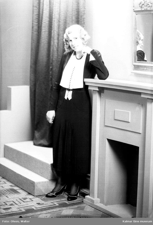 En bild på en kvinna. Enligt Walter Olsons journal är bilden beställd av fröken Helvi Lönngren. Kalmar läns museum känner inte till om det är den personen som är avbildad.