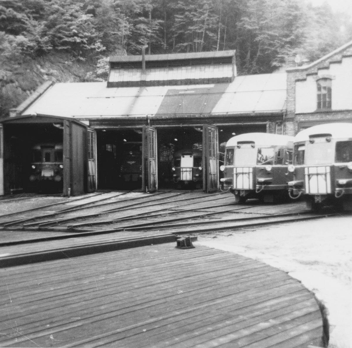 Lokstallen i Arendal. Fra høyre sees tre motorvogner type Bmdo 87, et diesellok type Di 2 samt en motorvogn type Bmdo 86.