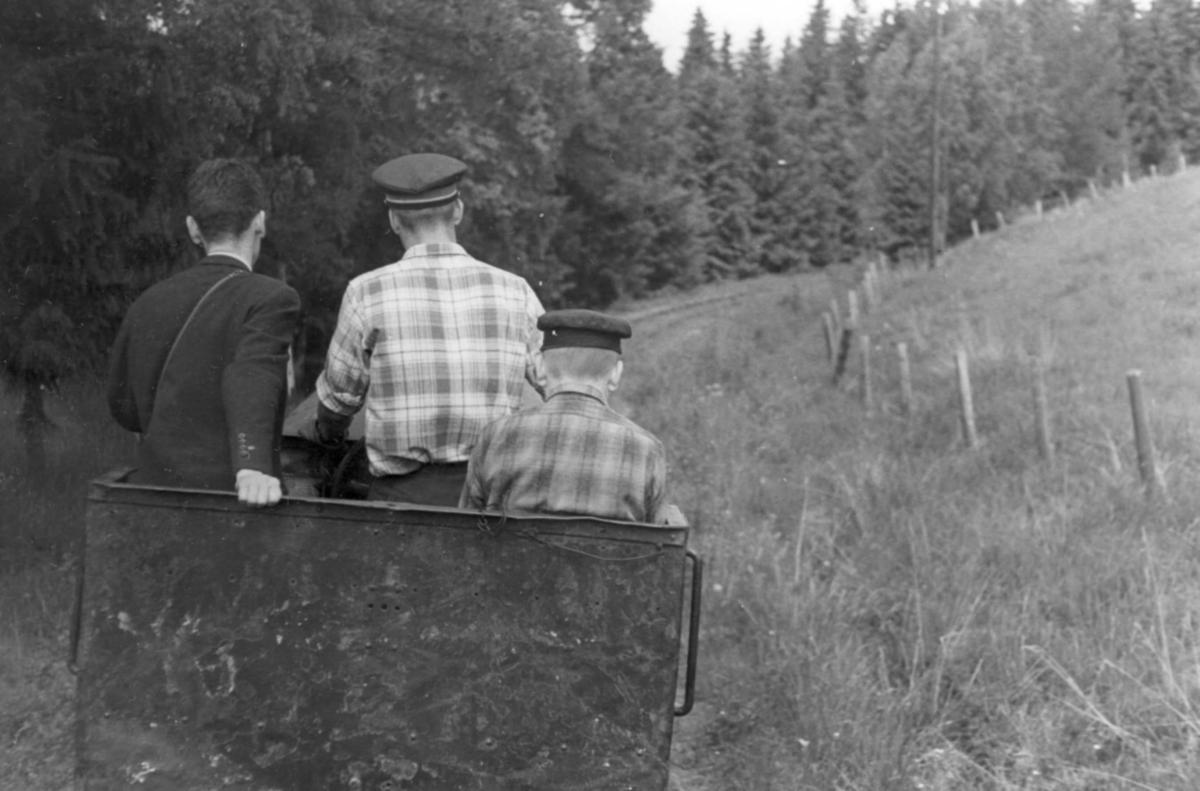 Aktive medlemmer i museumsbanen Urskog-Hølandsbanenmed banens diesellokomotiv.