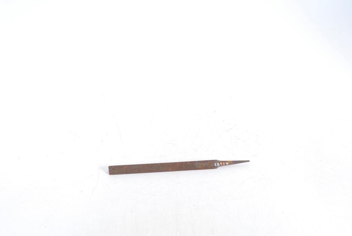 Form: Trekantfil, tange til å sette skaftet på.