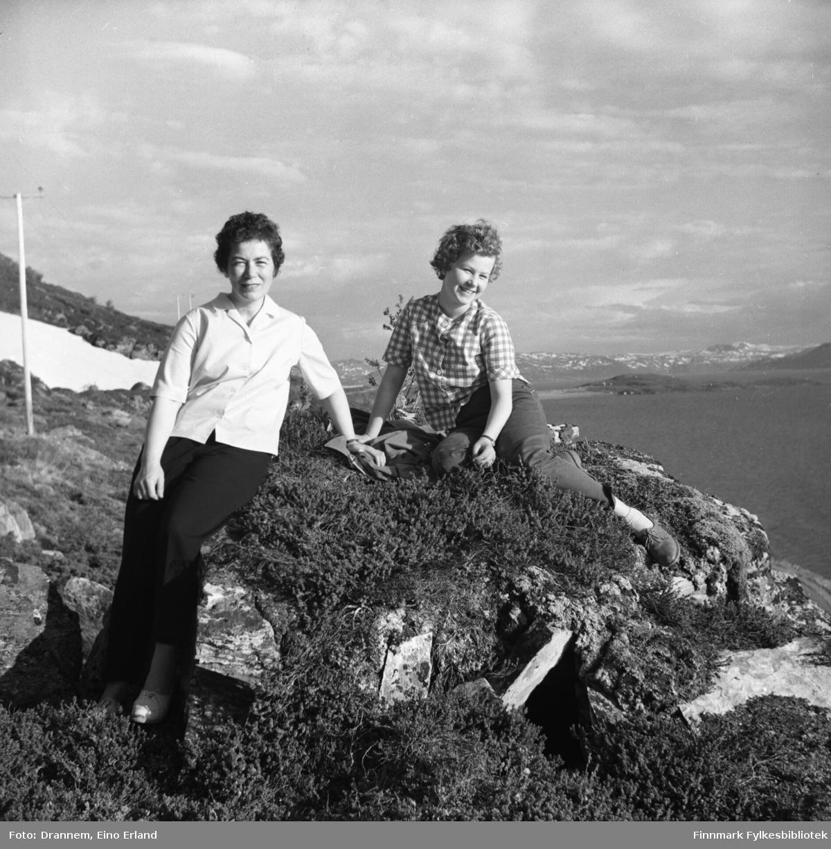 Jenny Drannem og Turid Karikoski fotografert i terrenget rundt Hammerfest en vårdag.
