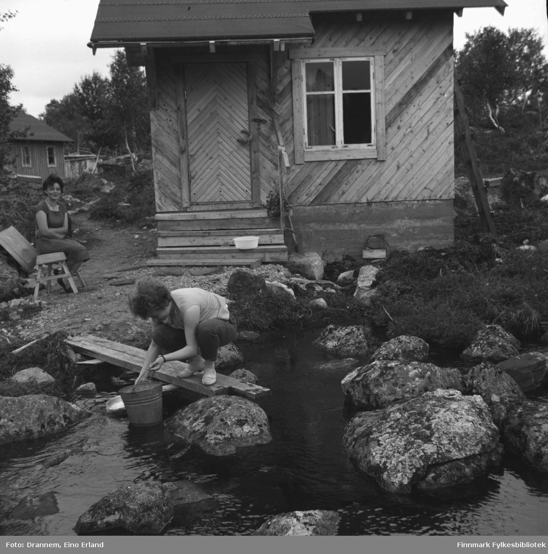 Turid Karikoski og Maija - etternavn ukjent - fotografert en sommerdag.