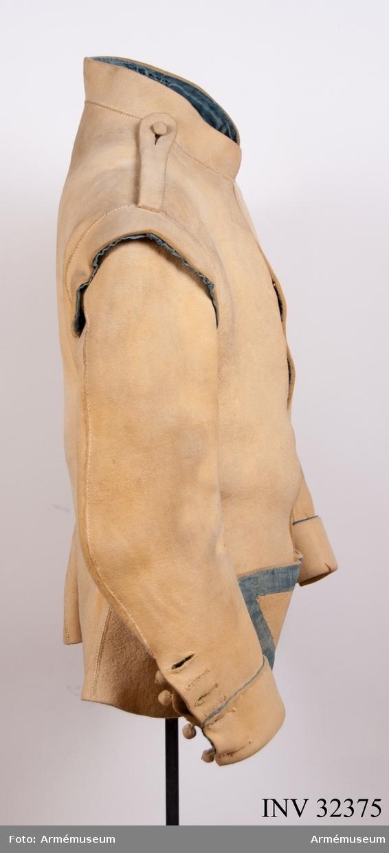 Grupp C I. Ur uniform för manskap vid Livregementet till häst. 1781-95. Består av kyller, byxor, hatt, plym, halsduk, harnesk, stövlar,  sporrar, sporrkappa, kartusch, rem t kartusch, gehäng t värja,  handrem, karbinrem, handskar.