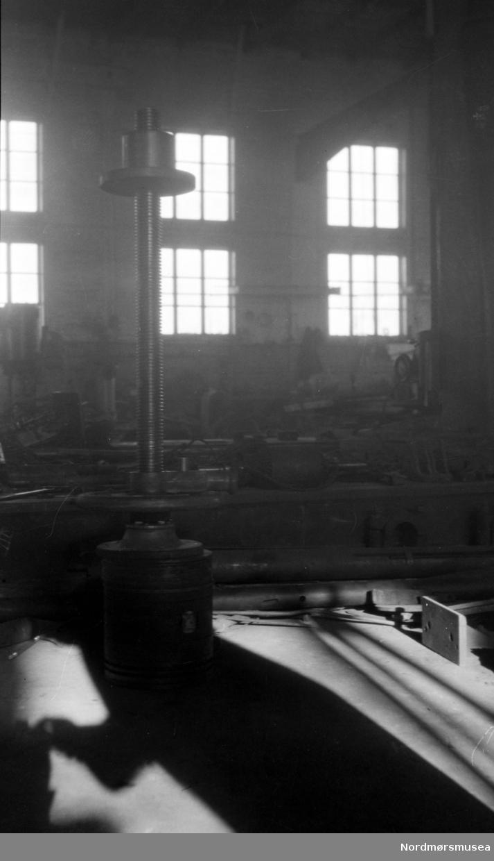 Bildet viser en skruspindel i maskinverkstedet på Storviks Mek. Verksted på Dahle ved Kristiansund. Se FAKf-100296.188269 / KMb-1983-031.0443.jpg           (Info Peter Storvik) --  fra Storviks Mekaniske verksted på Dale, Nordlandet i Kristiansund, hvor vi trolig ser fra verkstedhallen. Datering er ukjent. Fra Nordmøre museums fotosamlinger.