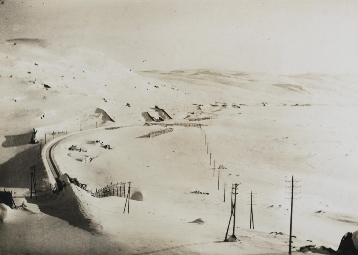 Bergensbanen med snøoverbygg, snøskjermer og telefonledning øst for Finse stasjon.
