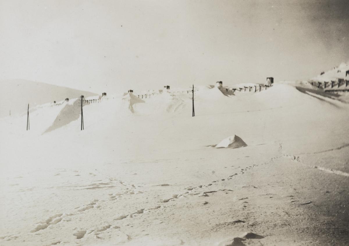 Nedsnødd snøoverbygg vest for Finse stasjon.