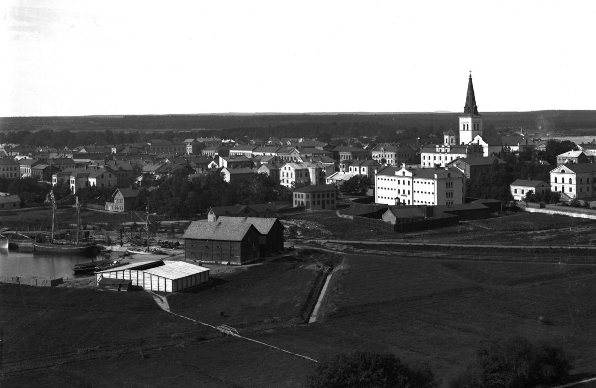 Vy från vattentornet på Herrhagen över Inre Hamn och centrum år 1890.