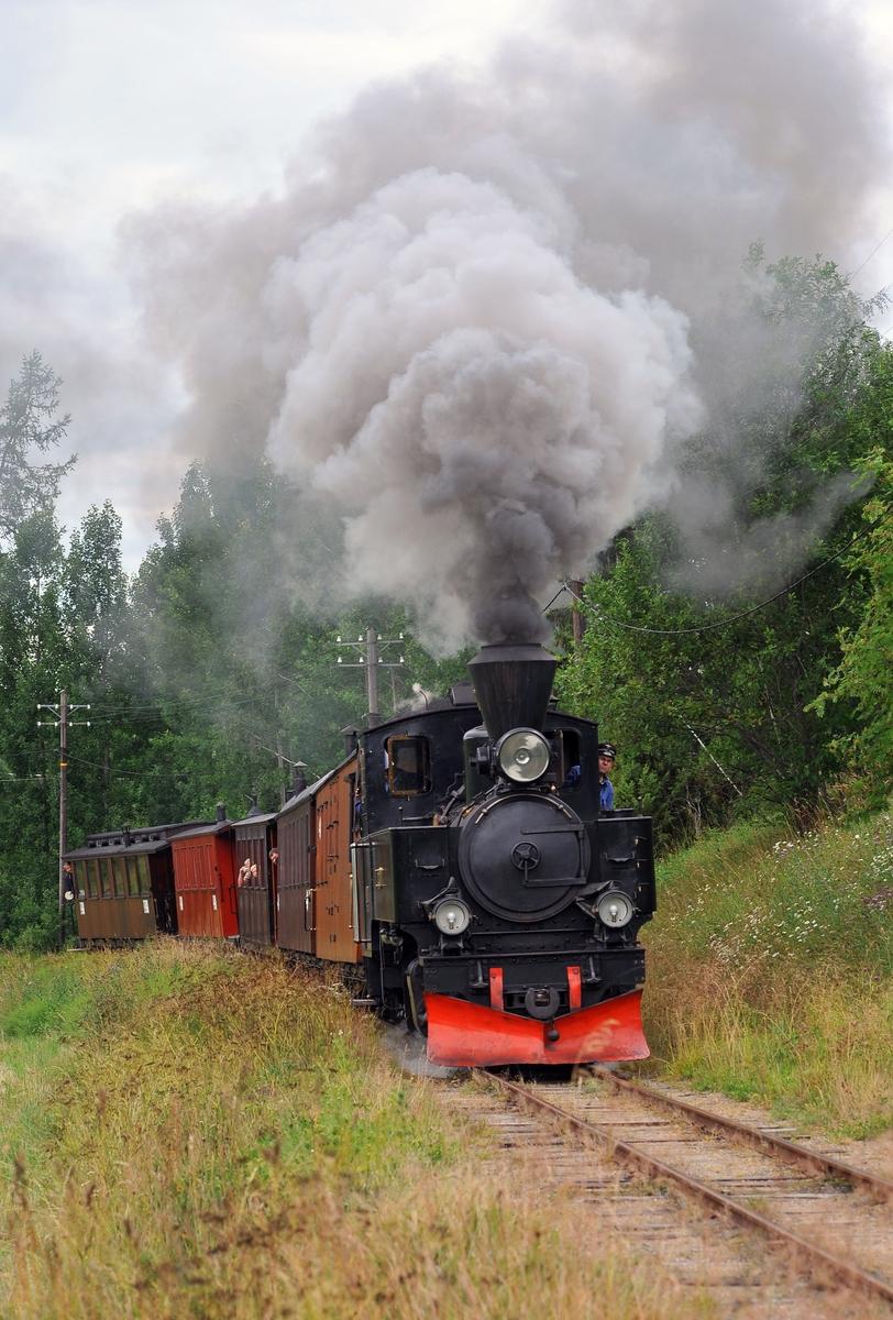 Lokomotiv nr. 7 Prydz med museumstog på vei oppover Sætrabakken på museumsjernbanen Urskog-Hølandsbanen, Tertitten.