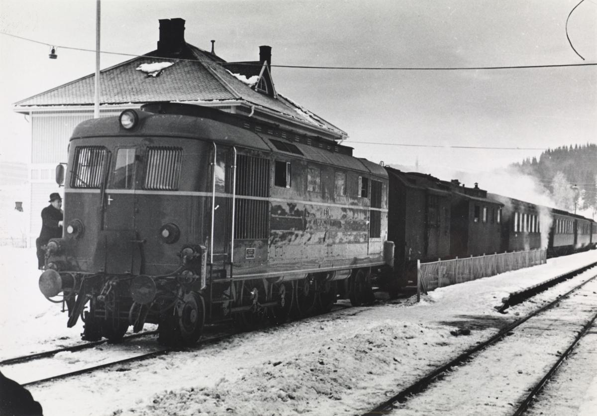 NSBs diesellokomotiv Di 1 nr. 601 med tog på Roa stasjon.