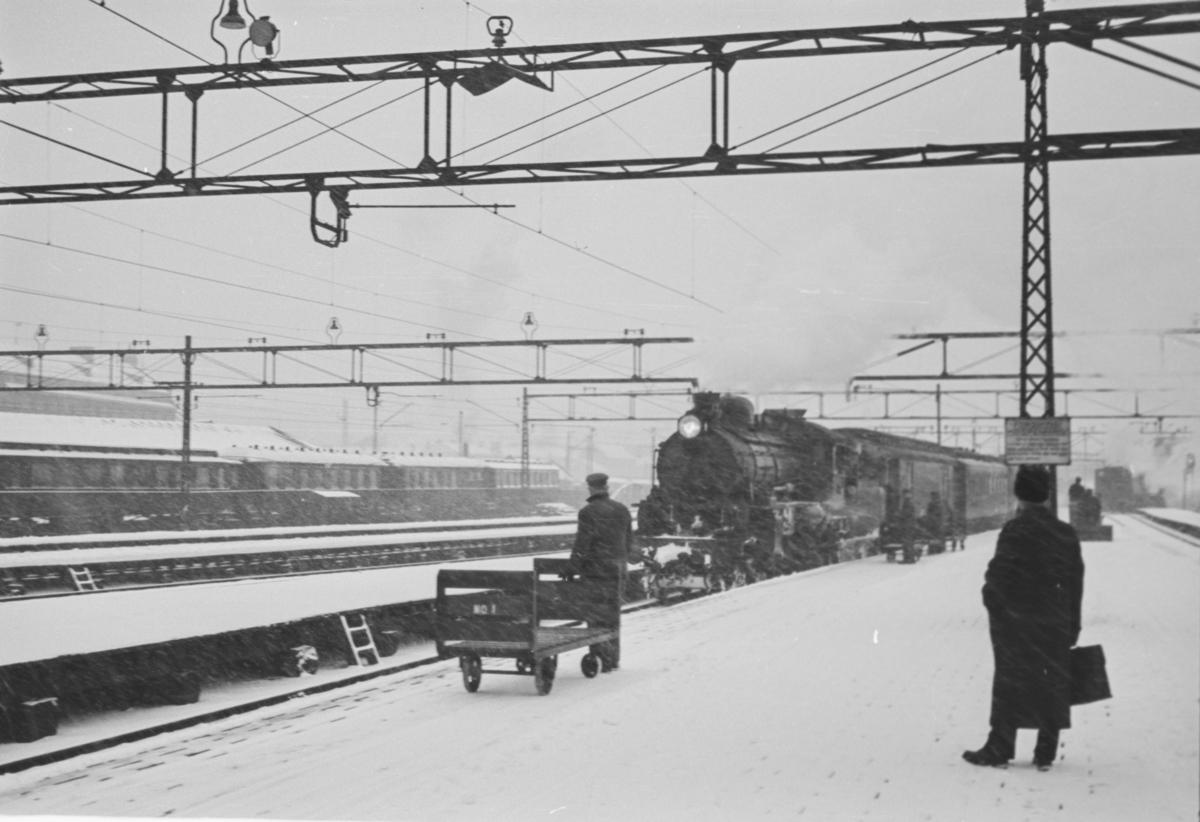 Tog 38, nattoget fra Sverige, ankommer Oslo Ø. Toget trekkes av svensk damplokomotiv.