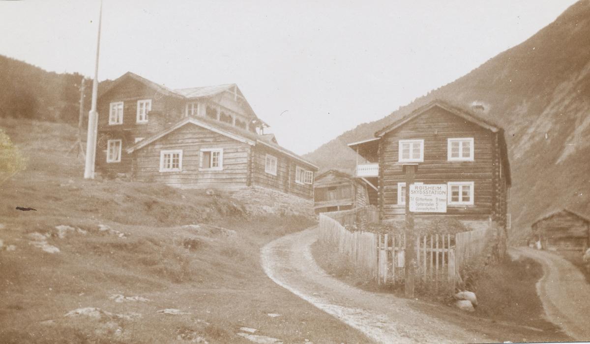 Røisheim Skysstasjon, hus, veier, flaggstang