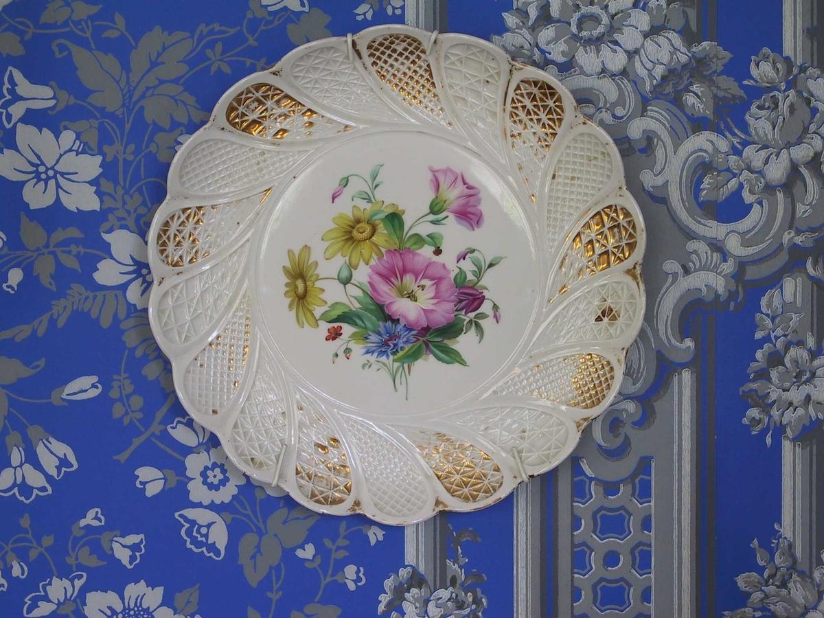 Polykrom dekor og gull./ blomsterbukett,/ rosa og gule blomster,/ e