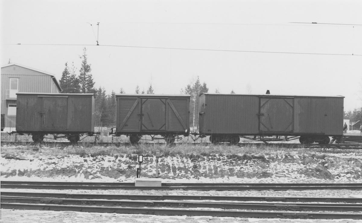 Tre av museumsbanen Urskog-Hølandsbanens godsvogner på Sørumsand Verksteds område på Sørumsand stasjon.