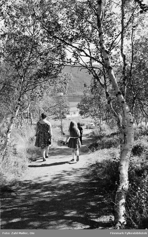 Tur til Utsjok, Finland i april 1968. Sommerstemning. Mor og datter på vei ned en grusvei fra Utsjok kirke.