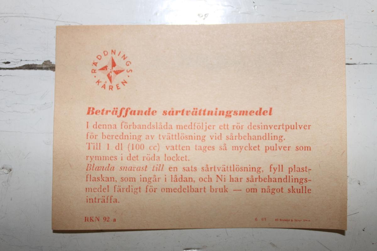 Instruktion tillhörande Räddningskårens förbandslåda. Hur medföljande desinvertpulvret skall blandas för att få sårtvättningsmedel.