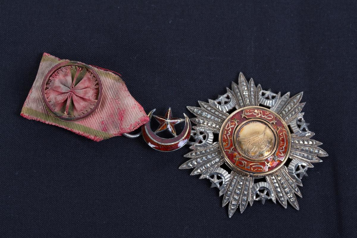 Tyrkisk ordensmedalje 4. klasse med bånd, rosett og slipsnål. Med etui.
