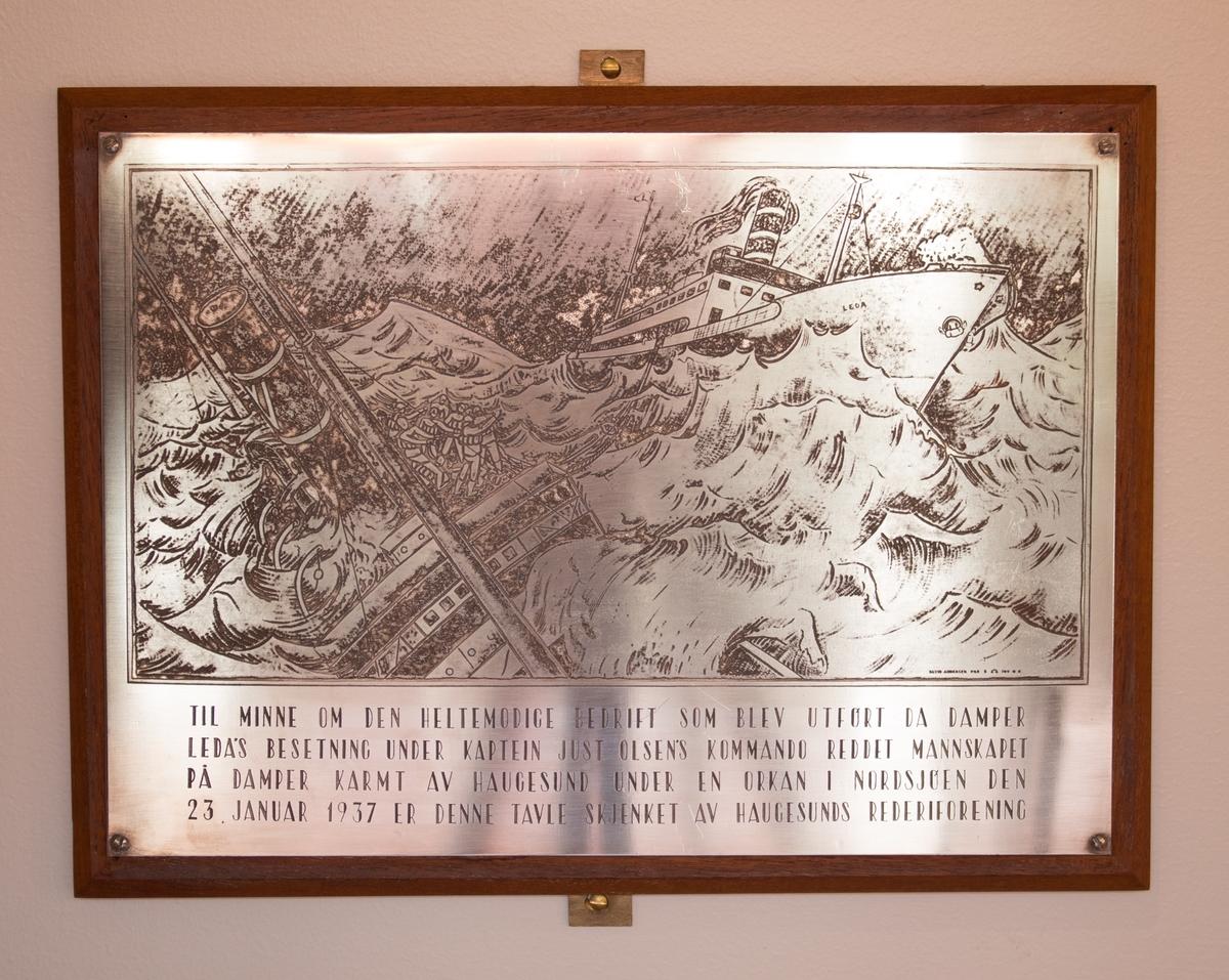 Plakett med motiv av LEDA og KARMT i Nordsjøen samt tekst inngravert.
