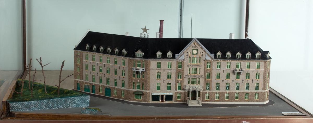 Husmodell som viser bygningsmassen til Det bergenske Dampskibsselskab sin administrasjonsbygning på Bradbenken. Bygningen ble innviet 13. desember 1913 og ødelagt ved eksplosjon den 20. april 1944.