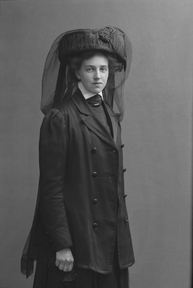 Porträtt från fotografen Maria Teschs ateljé i Linköping. 1910. Beställare: Hilma Anderson.