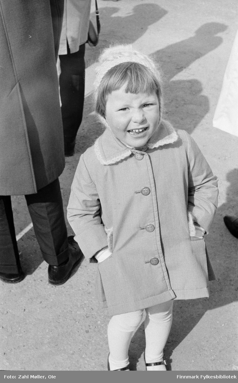Vadsø 17.5.1969. Fotoserie av Vadsø-fotografen Ole Zahl-Mölö. Ei lita tulle er pyntet i sin fineste stas, med kåpe, lue og hvite strømper.