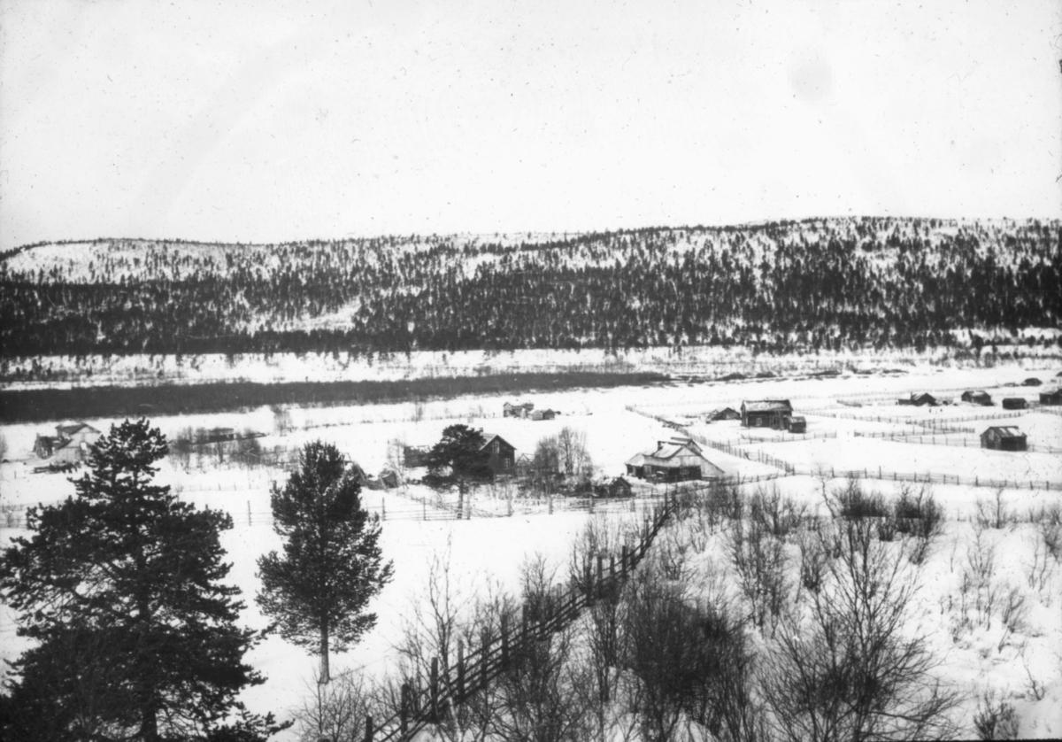 """""""N.611. Fra Karasjok.""""  Vinterandskap med flere boplasser. Boplassene er adskilt med gjerder."""