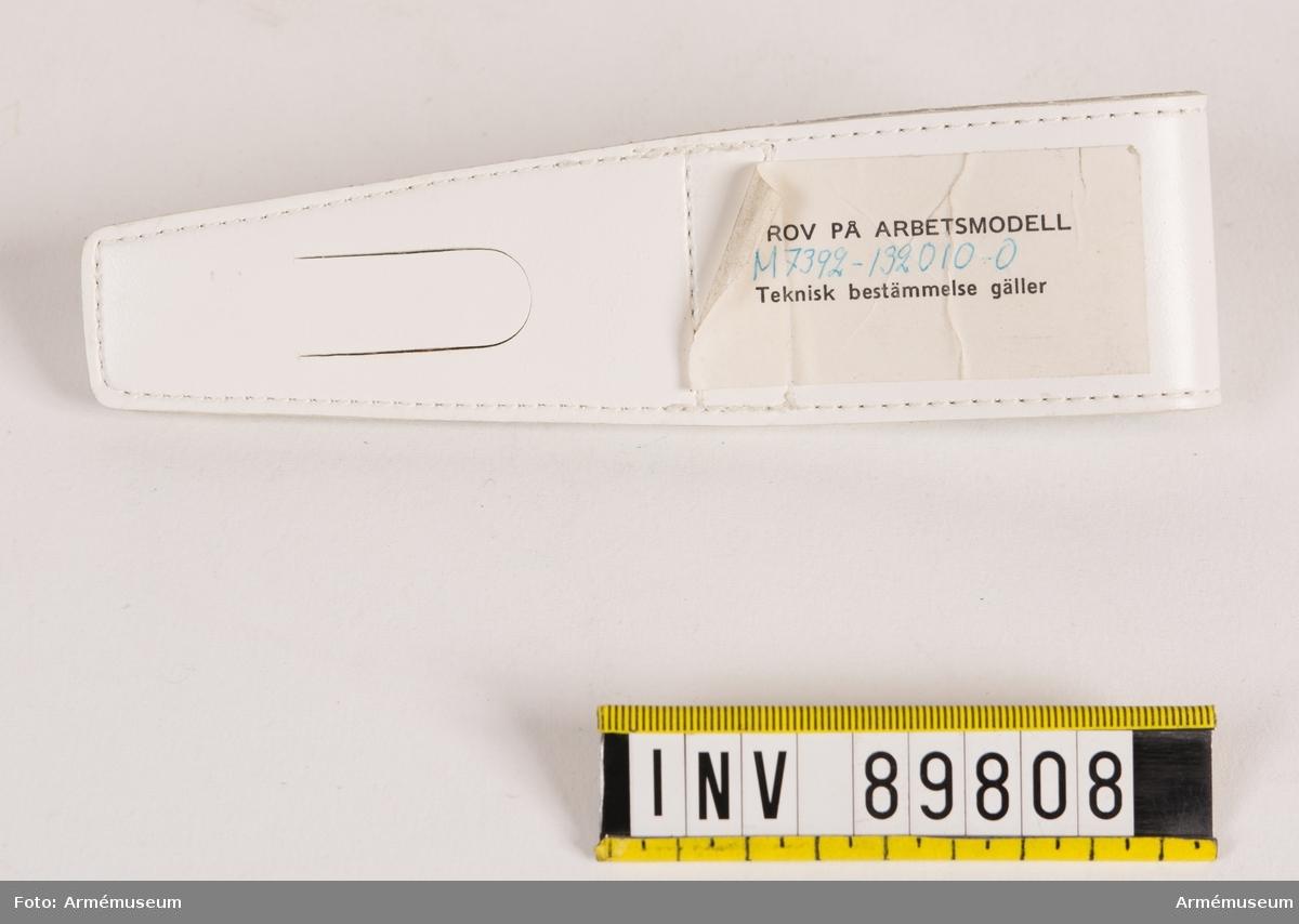 Batongfäste av vitt konstläder för militärpolis. Försedd med metallhake.