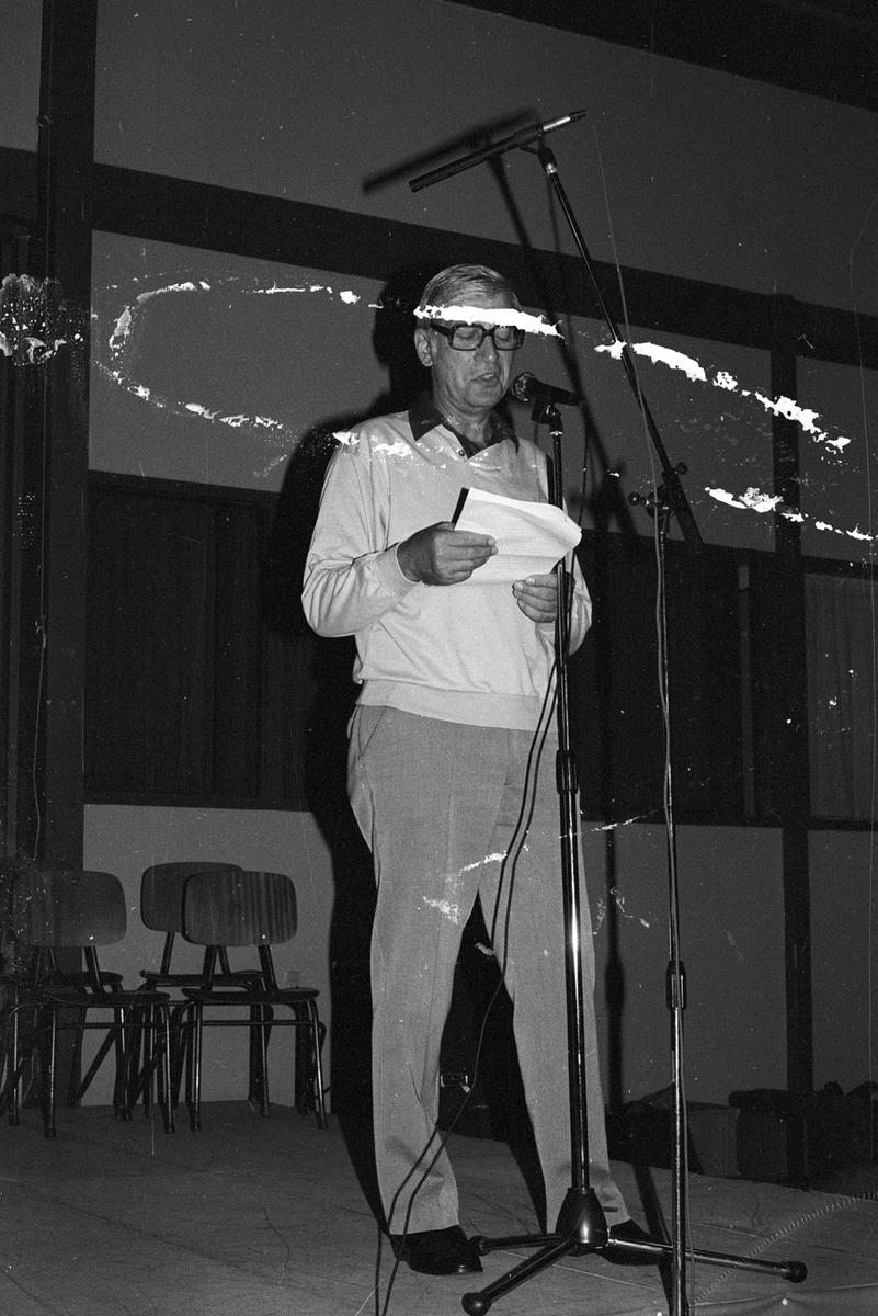 En mann som taler