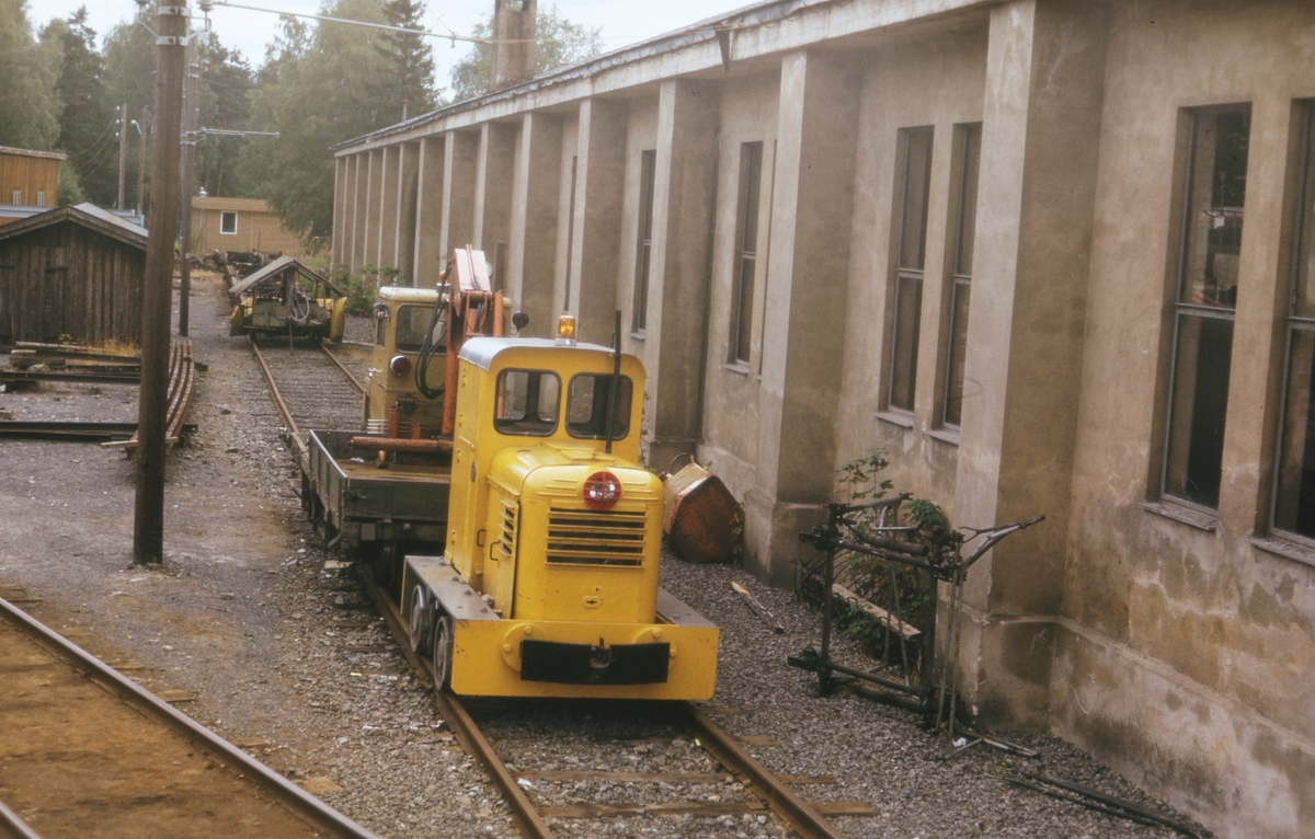 Ekebergbanens skiftelokomotiv utenfor verkstedet på Holtet.