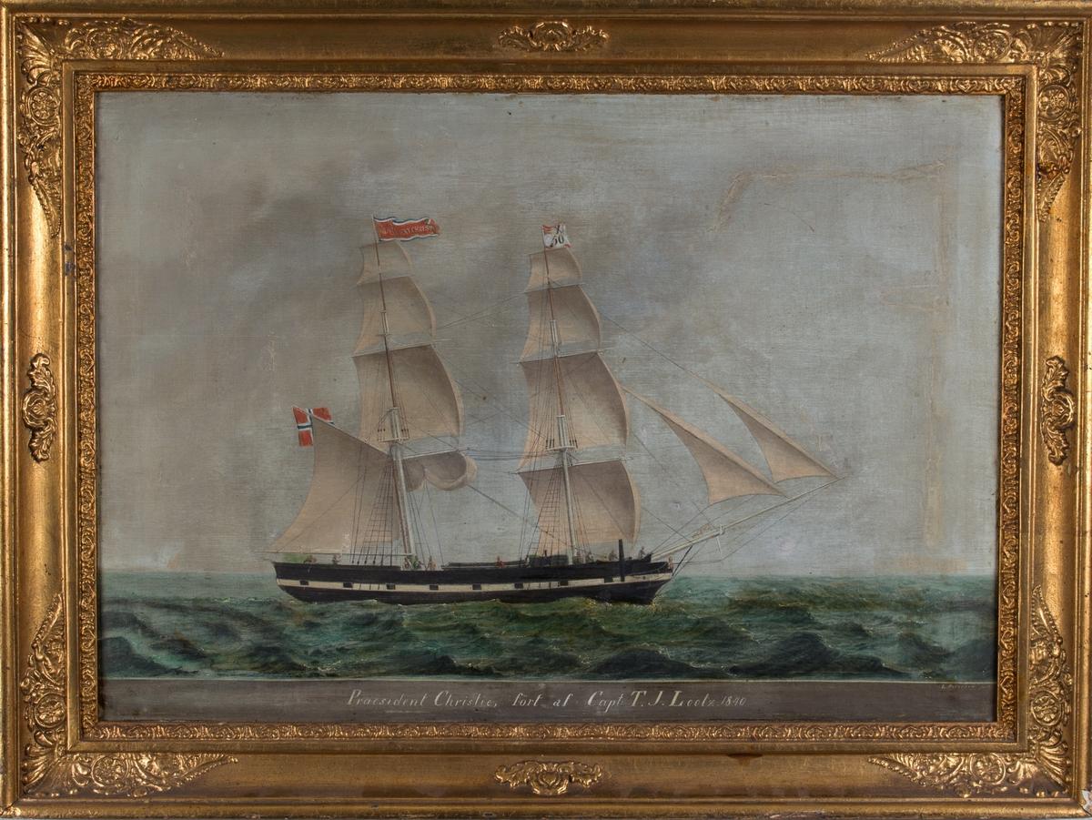 Skipsportrett av brigg PRÆSIDENT CHRISTIE (PRAESIDENT CHRISTIE) for fulle seil. Fører vimpel med skipets navn samt kjenningsmerke X50. har påmalte kanonporter.