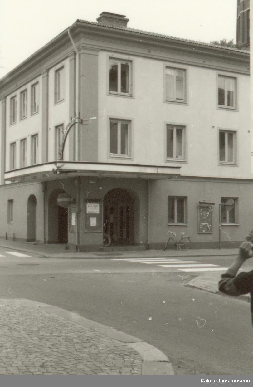 Dokumentation med anledning av förestående ombyggnad. Fastigheten har tidigare inrymt bl a senast biografen Palladium. Kronans tyghus låg ursprungligen på denna plats.