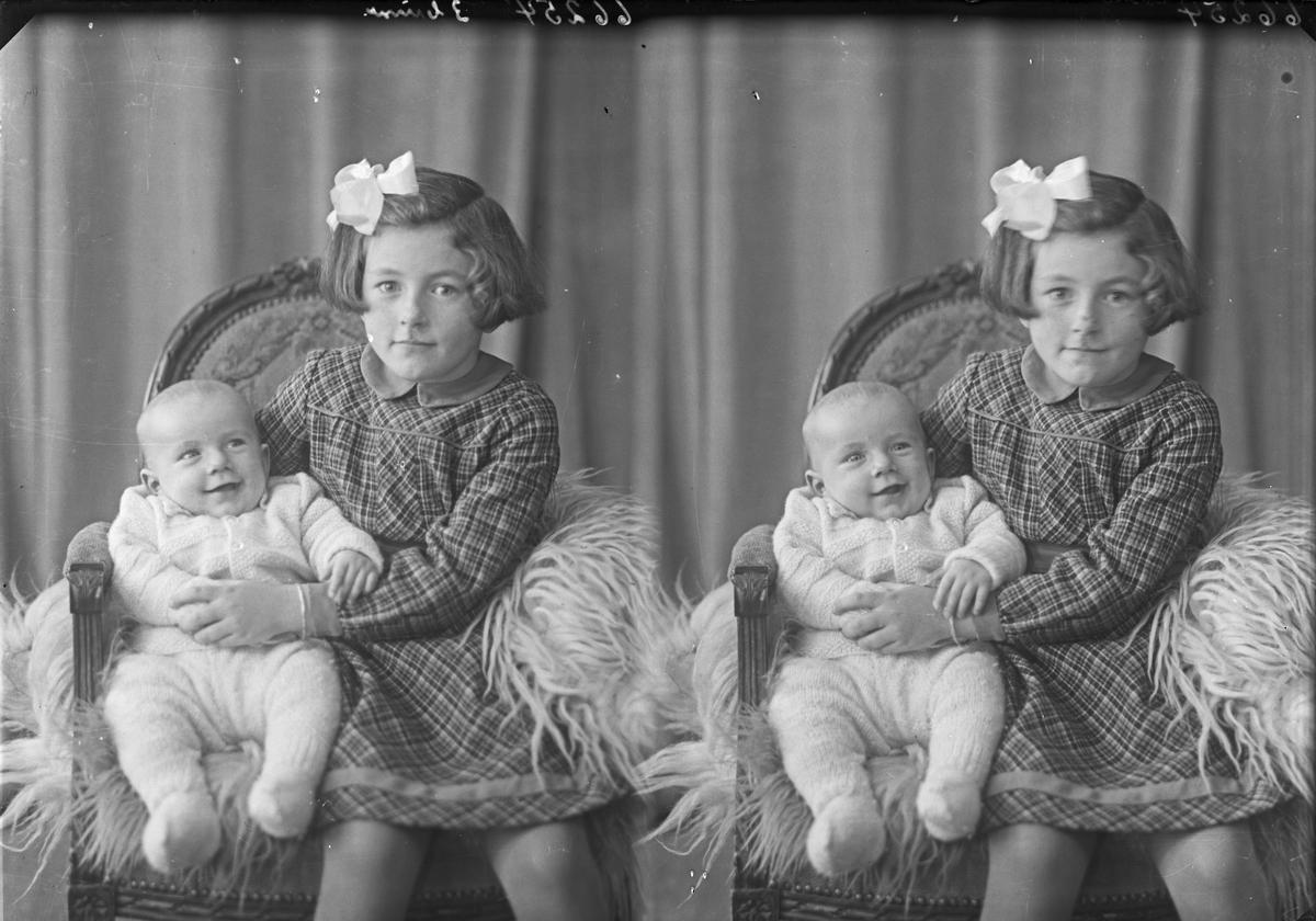 Portrett. Familie. Ung pike og lite barn. Bestilt av Einar Haukås. Jens Risøensgt. 145.