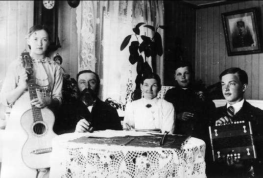 """Forsvik, fotot taget år 1912 - 13 i lotsbostaden i """"gamla slussbyggnaden"""", som flyttades år 1916. Från vänster Anna Ericsson, Alexander Ericsson (lotsen), Augusta Pehrsdotter, Knut Ericsson och Henrik Ericsson."""
