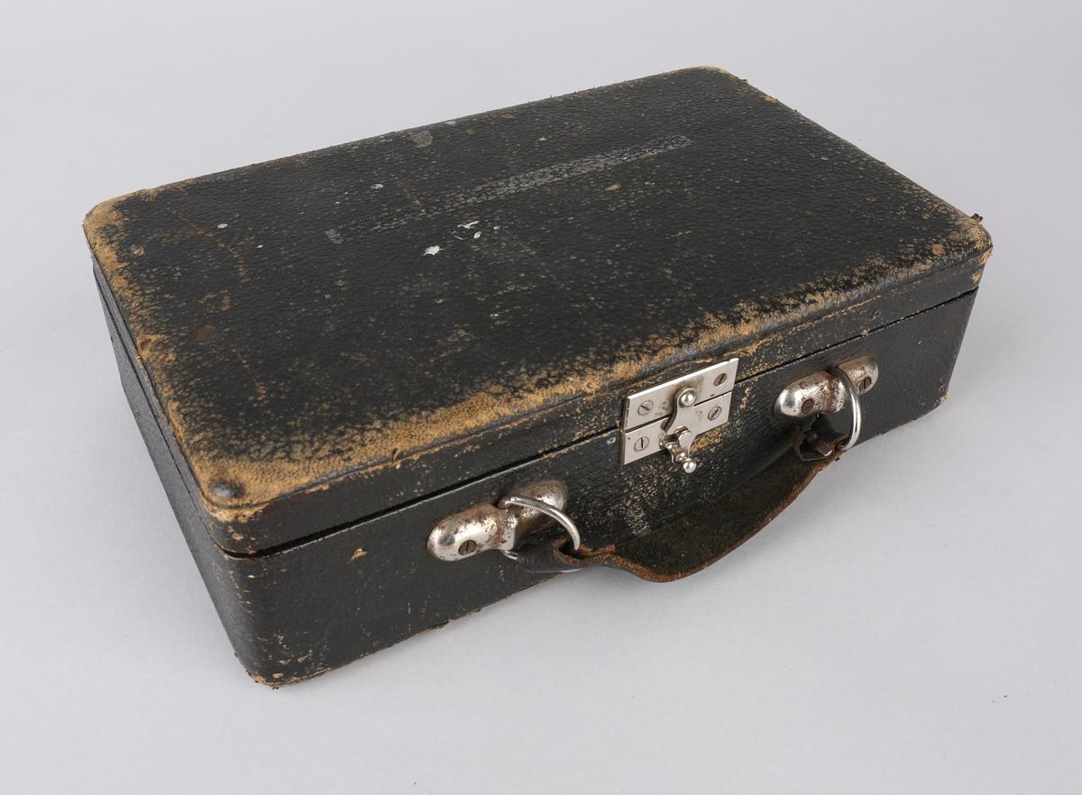 Kontrollmanometer i skinnskrin med diverse løse deler.
