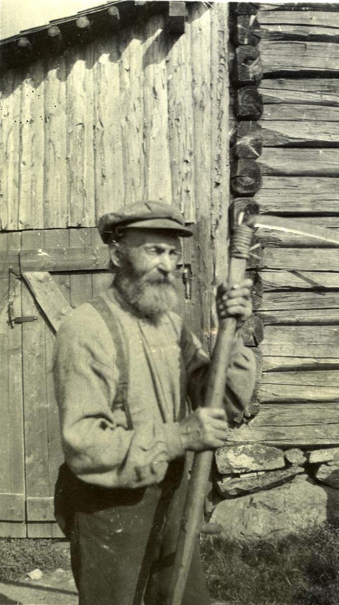 Mann m/ljå i Galåsen. Jon Johannessen Galaasen (1839 - 1916)