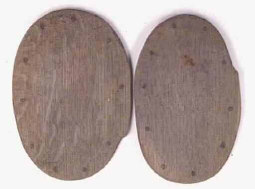 En svepask, i delar. Delarna består av delar av svepet samt ett lock och en botten. Bottnen och locket är försedda med fals samt har kvarsittande träpliggar. På svepet finns kvarsittande stygn efter sammanfogningen.