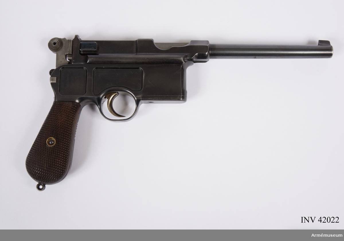 Grupp E III.  Automatpistol C 96 för sex patroner. På kolvens övre del nr 49 instansat. Längst bak på lådans övre del står: Rücklauf-Pistole System Mauser Obendorf A Neckar samt årtalet 1896. Kolvringen saknas.