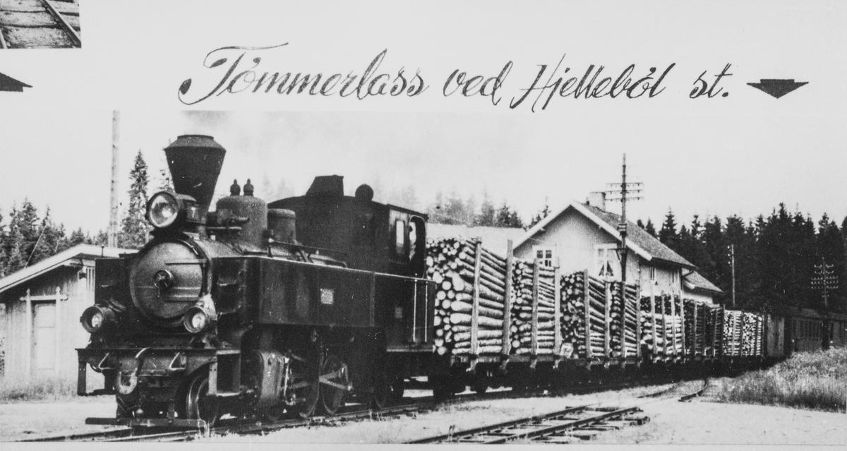 Blandet tog med mange tømmervogner står klart til avgang på Hjellebøl stasjon. Toget trekkes av damplokomotiv nr. 7 Prydz.
