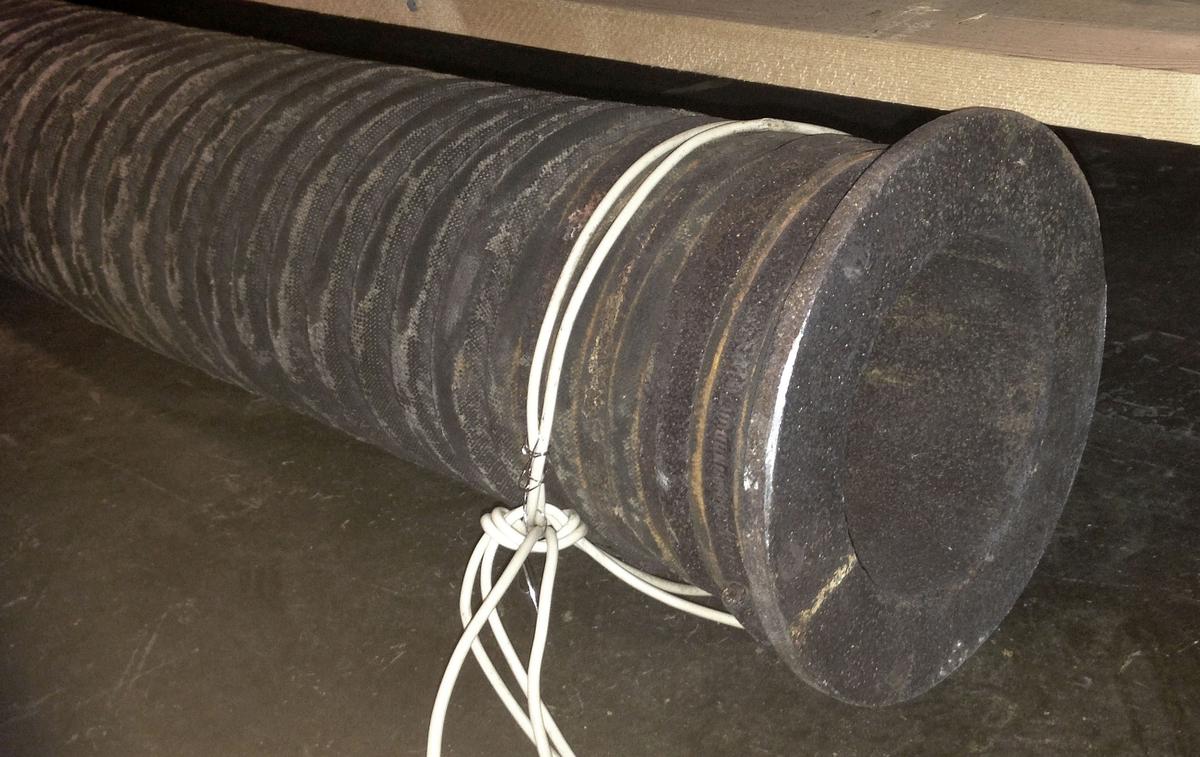 Fyra stycken slangar från Flygts pumpar som användes vid bärgningen av Vasa. Två av pumpslangarna är av samma sort (slang 1 & 2). De har metallfästen i ändarna och är delvid tillverkade av textil. De två övriga slangarna (slang 3 & 4) är en tjock och en tunn gummislang.