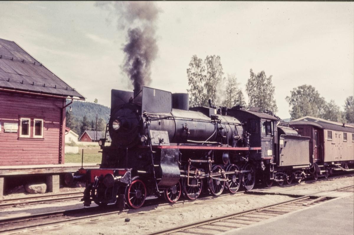 Nordgående dagtog Rørosbanen, tog 301, på Koppang stasjon. Toget trekkes av damplokomotiv type 26c nr. 412,.