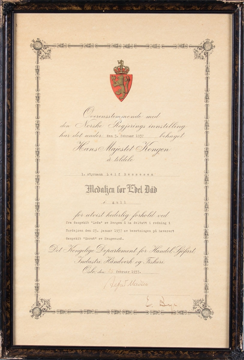 Diplom som følger kongens fortjenstmedalje i gull, tildelt 1. styrmann Leif Bessesen.
